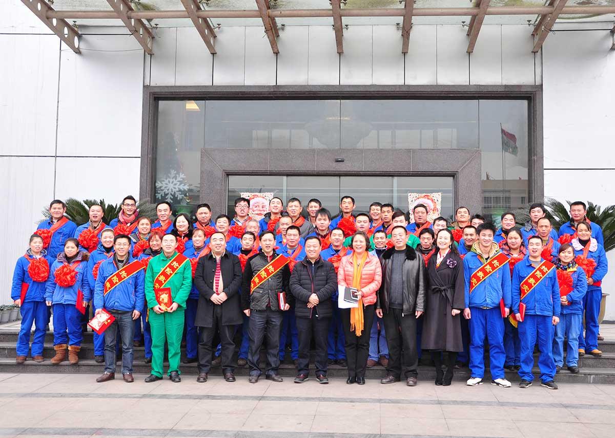 张主席、王蕾等公司领导与优秀员工代表合影